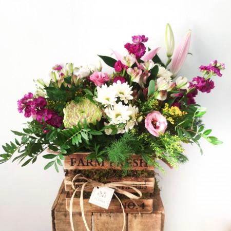 Caja con musgo y flores
